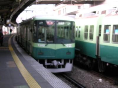 この電車は見送って次の特急型電車に乗りました